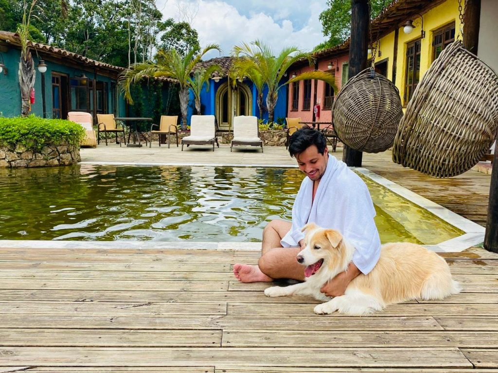 Hóspede e seu cão curtindo o sol próximos a piscina