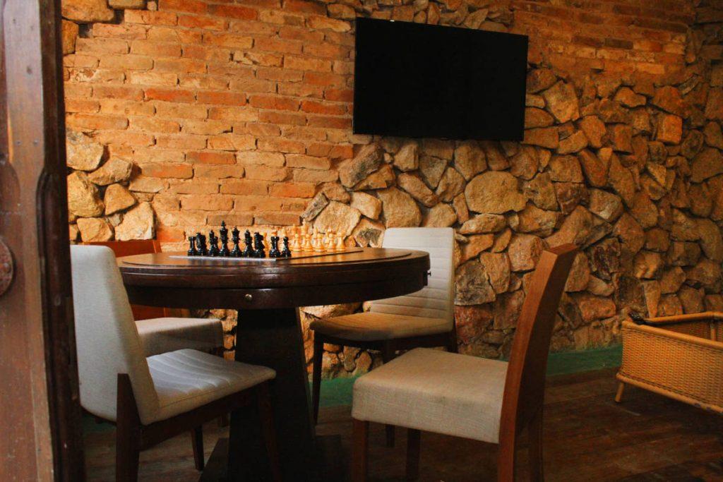 Mesa com tampo serve tanto para jogar baralho como para jogos de tabuleiro como dama ou xadrez